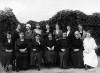 Ірина Невицька (сидить поцентру) в жіночому товаристві